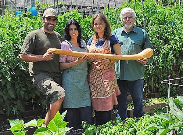 Una familia produce 2,7 toneladas de comida en su patio trasero -